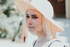 一名美丽的年轻白肤金发的妇女的特写镜头画象 图库摄影