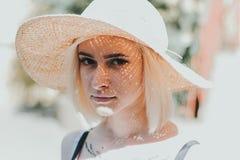 一名美丽的年轻白肤金发的妇女的特写镜头画象 库存图片