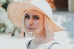 一名美丽的年轻白肤金发的妇女的特写镜头画象 库存照片