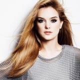 一名美丽的年轻白肤金发的妇女的画象在白色秀丽的背景、概念和健康的演播室 免版税库存照片