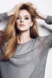 一名美丽的年轻白肤金发的妇女的画象在白色背景的演播室 免版税图库摄影