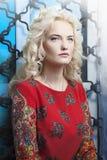 一名美丽的年轻白肤金发的妇女的画象有严厉的神色的 库存图片
