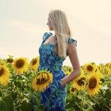 一名美丽的年轻白肤金发的妇女的画象蓝色礼服的在ba 库存图片