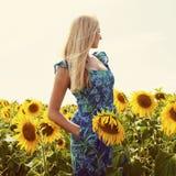 一名美丽的年轻白肤金发的妇女的画象蓝色礼服的在ba 库存照片