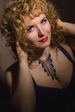 一名美丽的年轻白肤金发的妇女的画象 免版税库存图片
