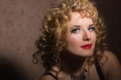 一名美丽的年轻白肤金发的妇女的画象 免版税图库摄影