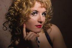 一名美丽的年轻白肤金发的妇女的画象 库存照片