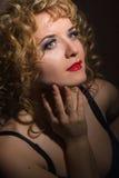 一名美丽的年轻白肤金发的妇女的画象 免版税库存照片