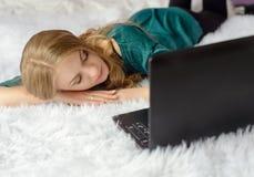 一名美丽的年轻白肤金发的妇女睡着了 免版税库存图片