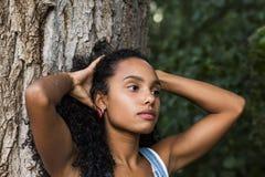一名美丽的年轻美国黑人的妇女的画象户外su的 免版税库存照片