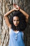 一名美丽的年轻美国黑人的妇女的画象户外su的 库存照片