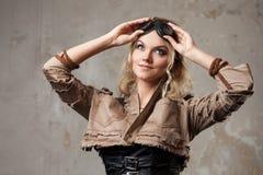 一名美丽的steampunk妇女的画象飞行员玻璃的在灰色背景 美好查找户外妇女年轻人 库存照片