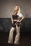 一名美丽的steampunk妇女的画象飞行员玻璃的在灰色背景 美好查找户外妇女年轻人 免版税库存照片