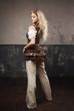 一名美丽的steampunk妇女的画象飞行员玻璃的在灰色背景 美好查找户外妇女年轻人 图库摄影