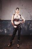 一名美丽的steampunk妇女的画象飞行员玻璃的在灰色背景 免版税库存图片