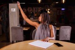 一名美国黑人的妇女告诉侍者 免版税库存照片