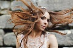 一名美妙的妇女混合看起来她的头发神奇 免版税库存照片
