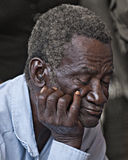 一名老人的特写镜头有他的注视闭合 免版税图库摄影