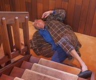 一名老人跌倒了台阶 库存照片