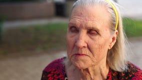 一名老哀伤的妇女的特写镜头面孔有皱痕的 影视素材