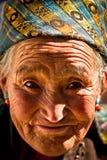 一名老微笑的妇女的画象从西藏的 免版税库存图片