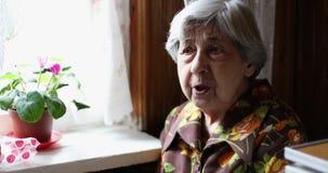 一名老灰发的妇女谈话 影视素材