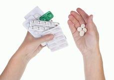 一名老病的妇女在她的手上拿着药片,必须采取  库存图片