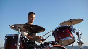 一名职业音乐家弹奏称鼓的一个乐器设置与板材 影视素材