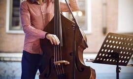 一名职业音乐家播放在低音提琴的爵士乐曲调 免版税库存图片
