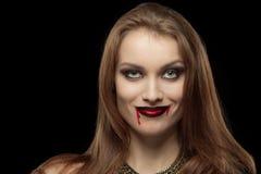 一名苍白哥特式吸血鬼妇女的特写镜头画象 免版税图库摄影
