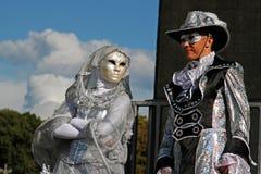 一名街道演员的画象狂欢节面具的和在节日`启发`的高跷的在公园VDNH在莫斯科 免版税库存照片