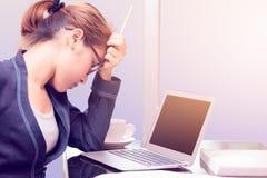 一名被注重的女实业家,举行铅笔和touchi的办公室妇女 免版税库存照片