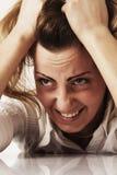 一名被注重的妇女的画象对负顶头在手身体languag 库存图片
