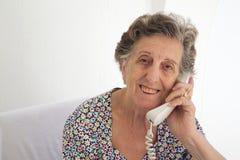 一名资深妇女在电话里说 免版税库存图片