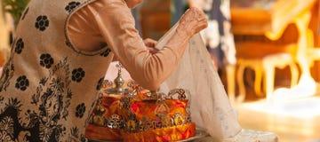 一名资深妇女的手,当祈祷在教会里时 免版税库存照片