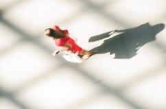 一名走的妇女的剪影红色礼服的 库存图片