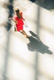 一名走的妇女的剪影红色礼服的 免版税库存图片