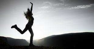 妇女跳跃 免版税图库摄影