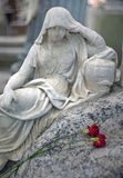 一名追悼的妇女的大理石雕塑在坟墓的与一两 免版税库存图片