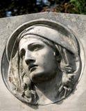 一名追悼的妇女的石雕塑 免版税库存图片