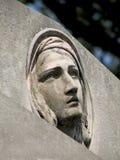 一名追悼的妇女的石雕塑 免版税库存照片