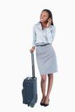 一名逗人喜爱的女实业家的纵向带着手提箱的 免版税库存照片