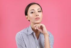 一名逗人喜爱的妇女的画象一个周道的姿势的 公司出现 库存照片