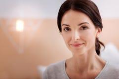 一名镇静微笑的妇女的美丽的面孔 免版税库存照片