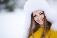 一名非常美丽的妇女的冬天画象 图库摄影