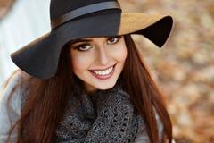 一名非常美丽的年轻深色的妇女的画象有发光的str的 图库摄影