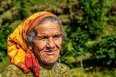 一名非常老农夫妇女的画象在尼泊尔 库存照片