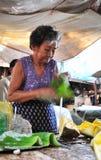 一名高棉妇女在市场上在Kep镇,柬埔寨 库存照片