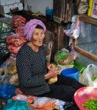 一名高棉妇女在市场上在Kep镇,柬埔寨 免版税库存照片