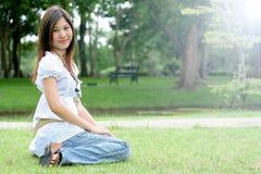 一名年轻亚裔妇女的画象在公园 免版税库存图片